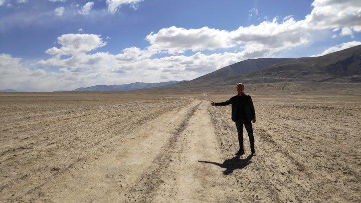 hitchhiking-to-lake-yashilkul